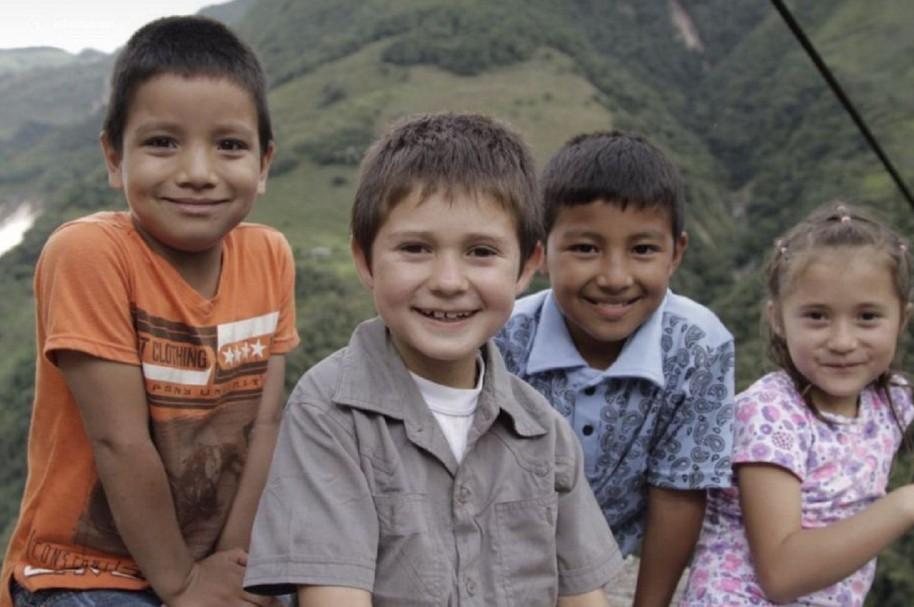 Niños cruzan un cable de acero para ir a la escuela
