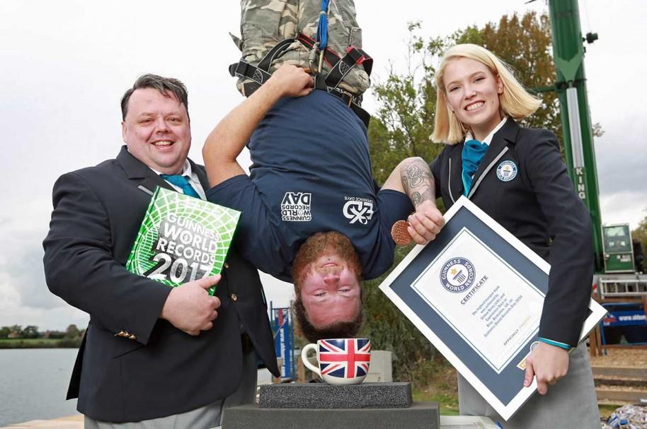 Joven ganó Récord Guinness por remojar una galleta mientras hacía 'bungee jumping'. Pulzo.com