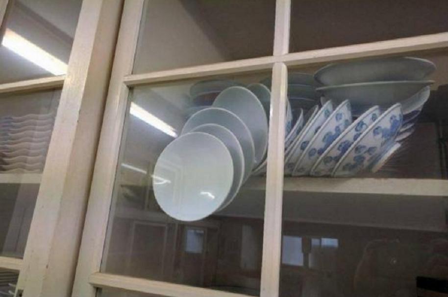 Abrir armario con platos