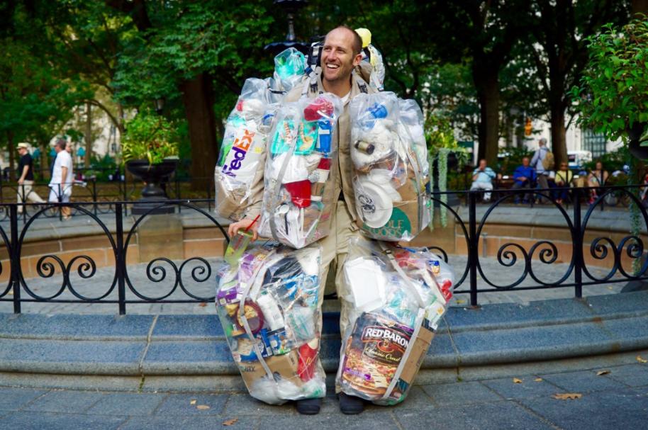 Hombre se vistió con basura para concientizar