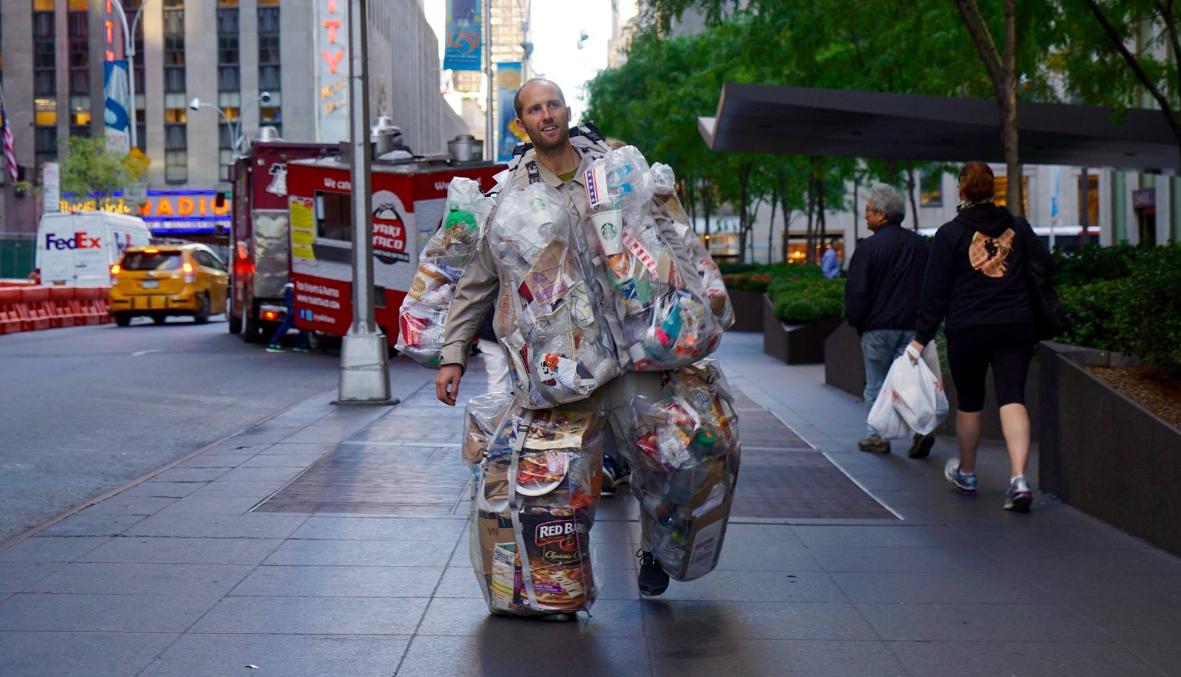Hombre se vistió con basura