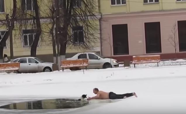 Hombre rescató a perro que estaba atrapado en un río congelado.