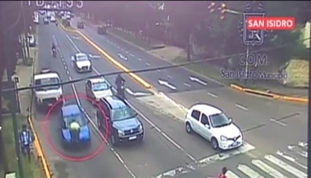 Mujer arrastró a policía de tránsito.