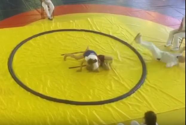 Niña judoka no solo tumbó a su rival, el árbitro también terminó en el piso.