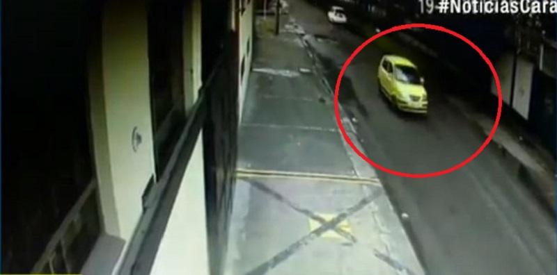 Taxista pasa a alta velocidad por una calle de Normandía.
