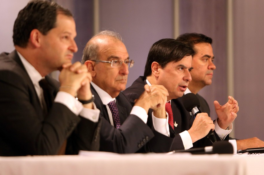 El ministro del Interior, Juan Fernando Cristo (2d), habla junto al jefe negociador del Gobierno de Colombia, Humberto de la Calle (2i), Sergio Jaramillo (i) y Frank Pearl (d)