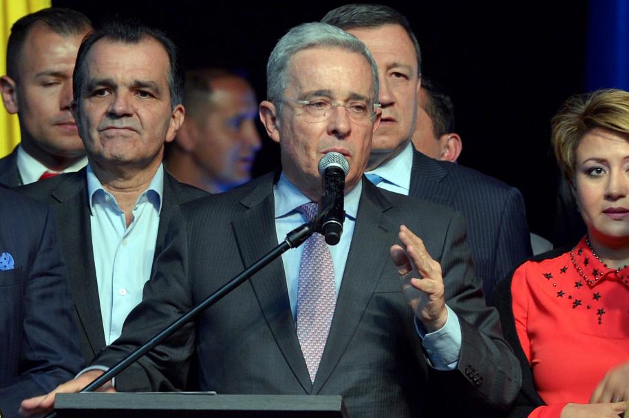 El senador Álvaro Uribe Vélez y Óscar Iván Zuluaga, a la izquierda