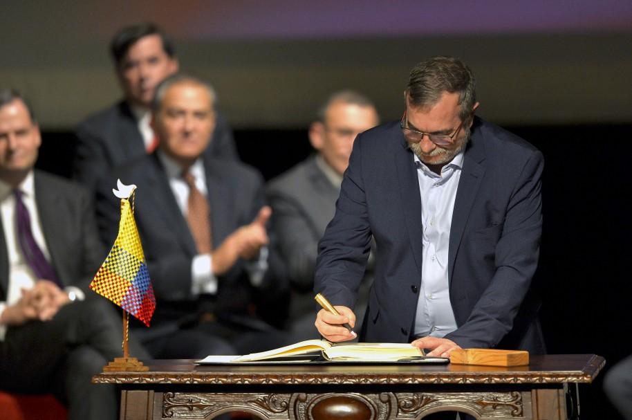 'Timochenko' firma acuerdo de paz