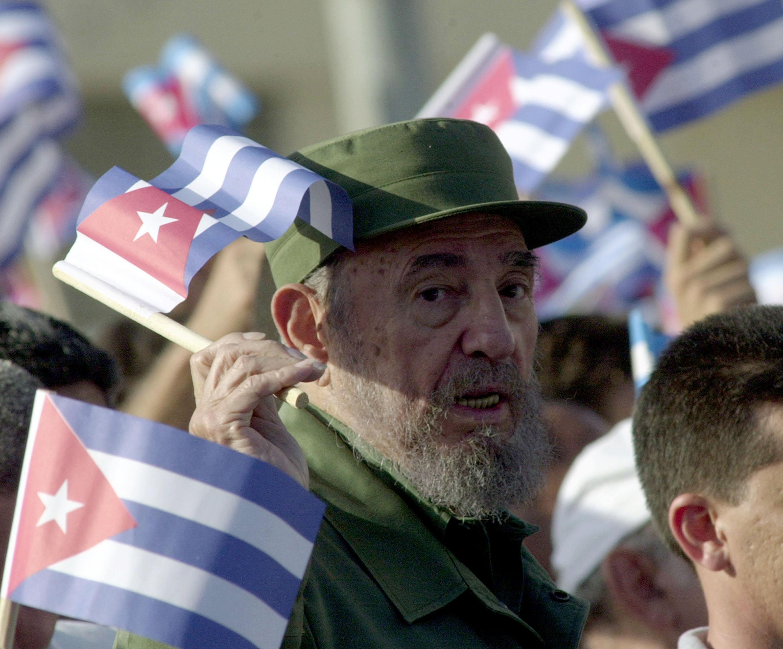 Fidel Castro y un grupo de partidarios