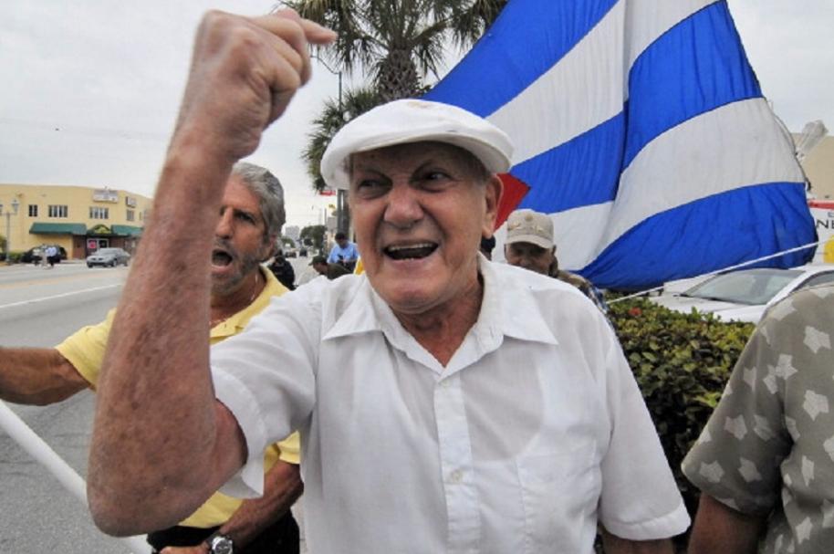 Ancianos cubanos celebran muerte de Castro