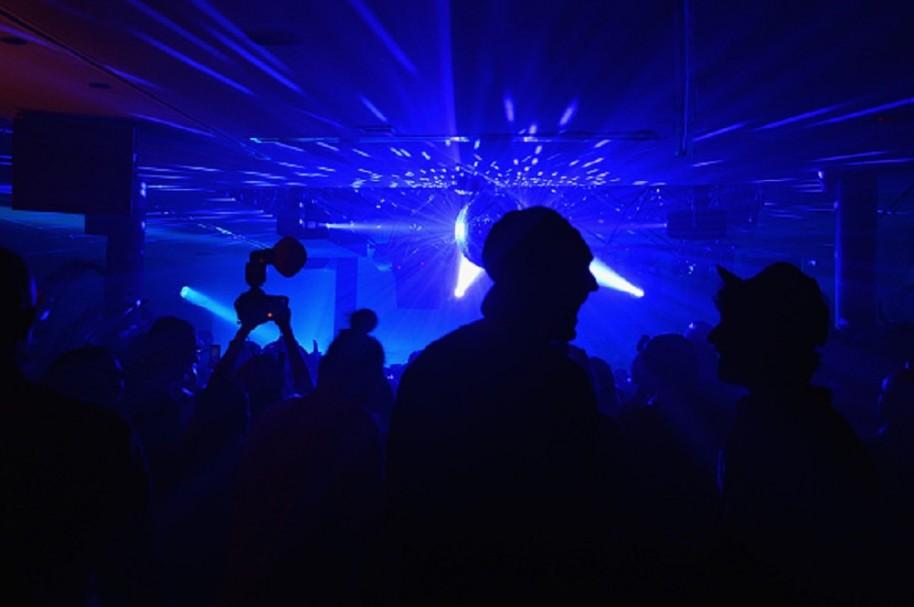 Pareja baila descontroladamente en una discoteca