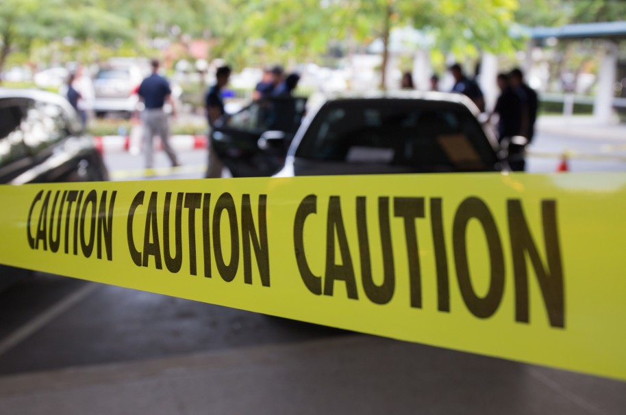 Escena de crimen rodeada por una cinta de precaución