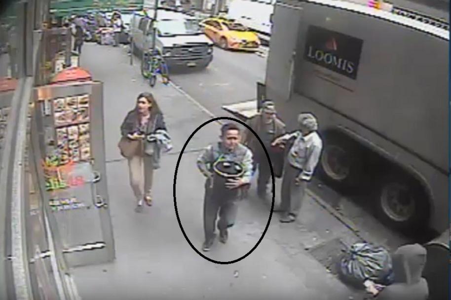 Hombre roba cubo de oro en Nueva York