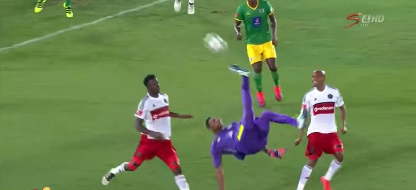 Arquero Oscarine Masuluke anotó gol de chilena. Pulzo.com