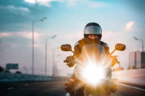 Mujer en moto.