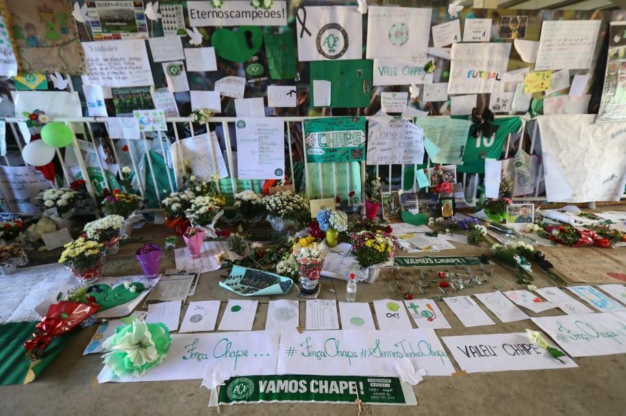 Seguidores de Chapecoense hacen un tributo