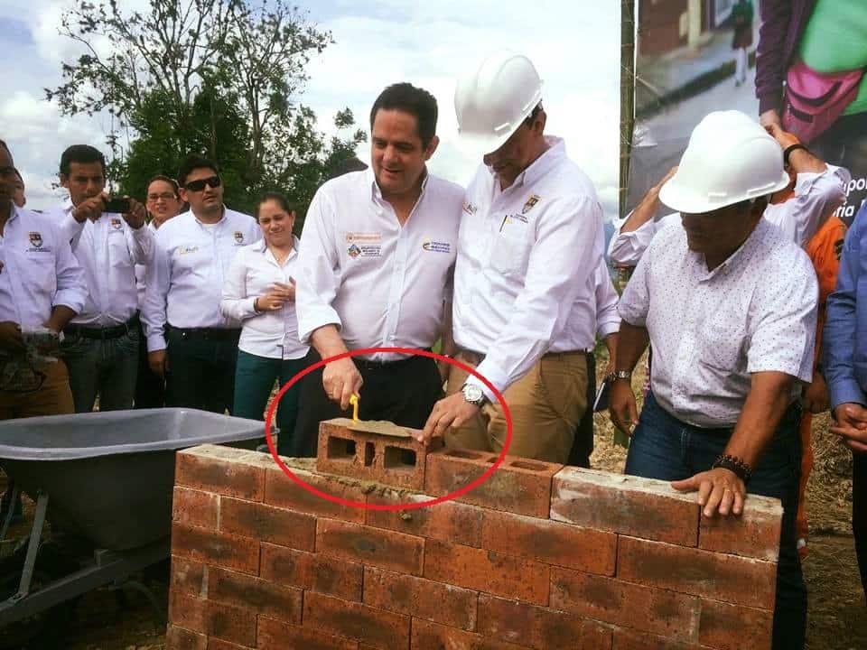 Germán Vargas Lleras poniendo un ladrillo