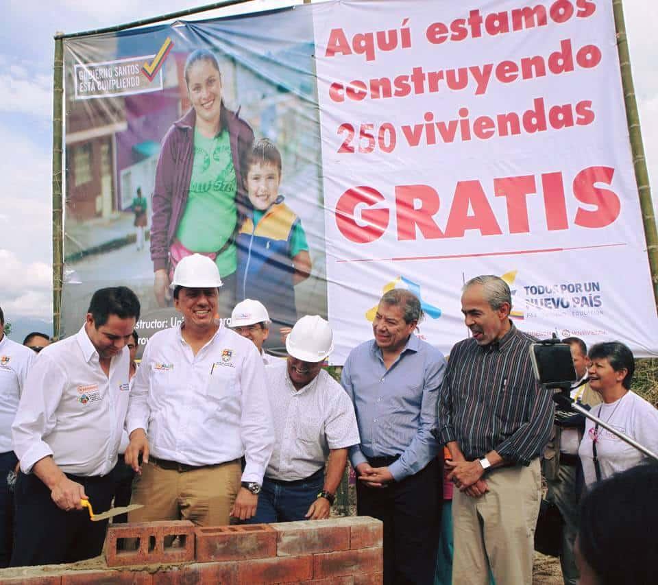 Germán Vargas Lleras poniendo un ladrillo 2