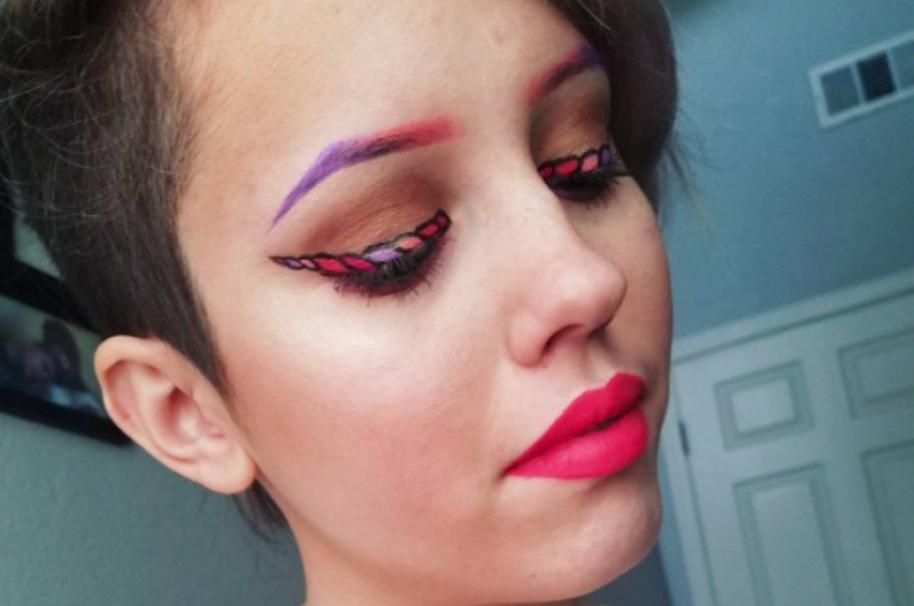 Mujer con cuernos de unicornio pintados en sus ojos. Pulzo.com