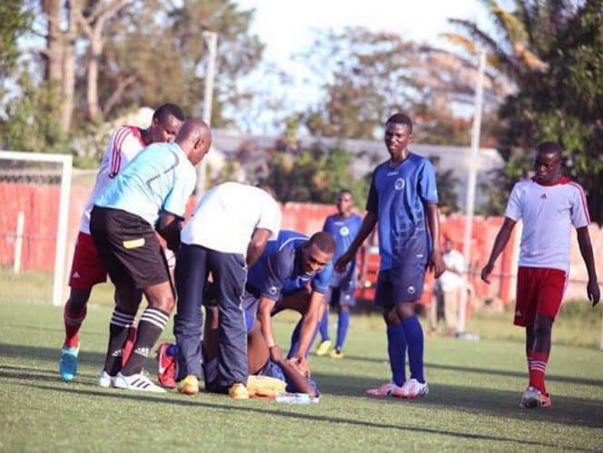 Jugadores y médicos atienden a Ismail en la cancha