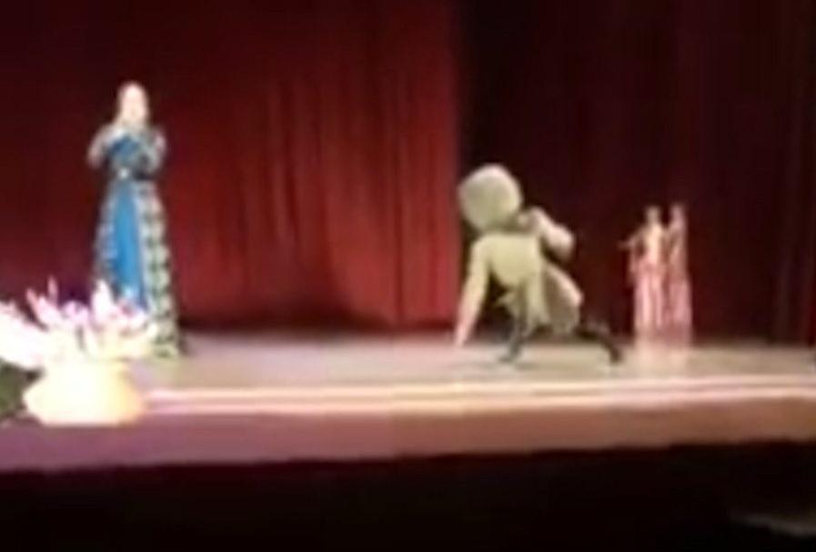 Muere bailarín ruso durante un acto, y público piensa que es parte del 'show'.
