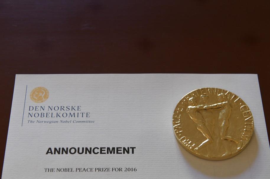 Un papel con información del Nobel, previo a la rueda de prensa de este viernes