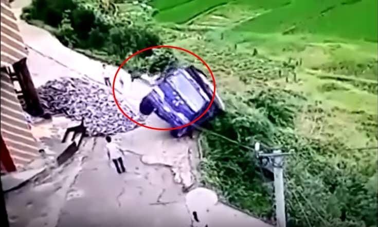 Hábil conductor chino logró salvar su vida.