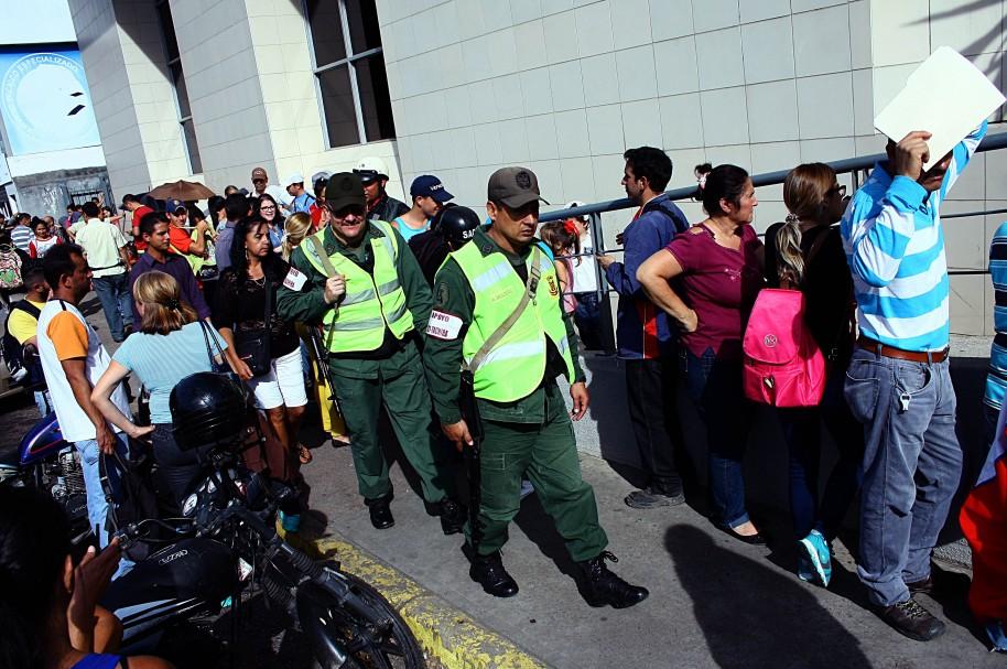 Venezolanos esperan frente a un banco de San Cristóbal para cambiar bolívares