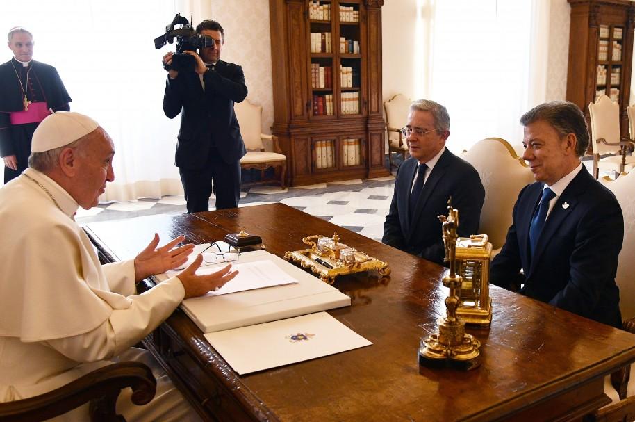 El papa Francisco, el senador Álvaro Uribe y el presidente Juan Manuel Santos