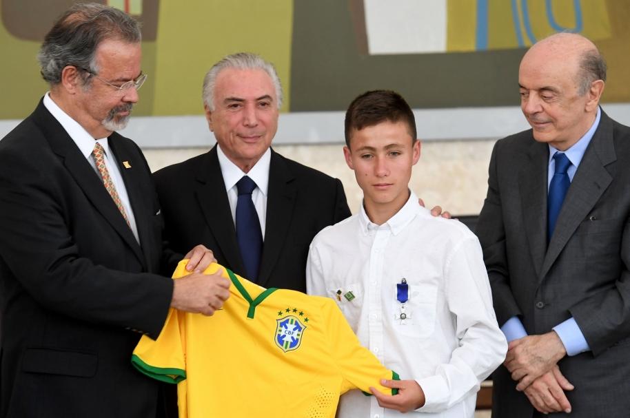 Johan Alexis Ramirez (tercero de izquierda a derecha) posa junto a ministro de Defensa de Brasil, Raul Jungmann (Izq.); el presidente de ese país, Michel Temer,  y el ministro de Relaciones Exteriores brasileño, Jose Serra (Der.R).