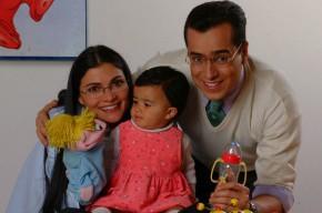 Beatriz Pinzón Solano (interpretada por Ana María Orozco), Armando Mendoza (Jorge Enrique Abello) y su hija en 'Ecomoda'.