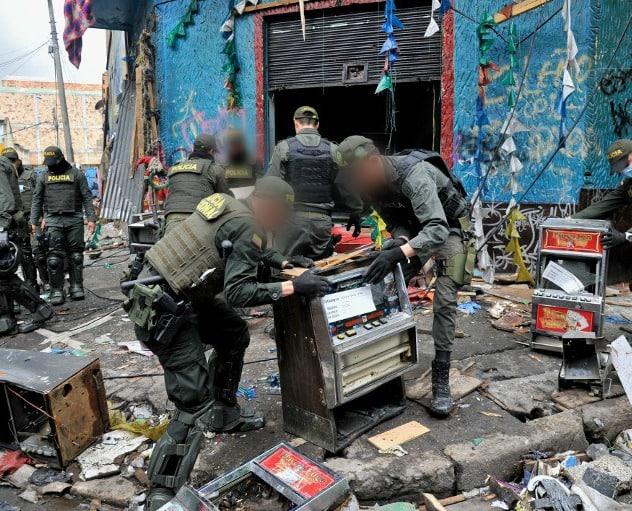 Policías en la calle del 'Bronx' de Bogotá.