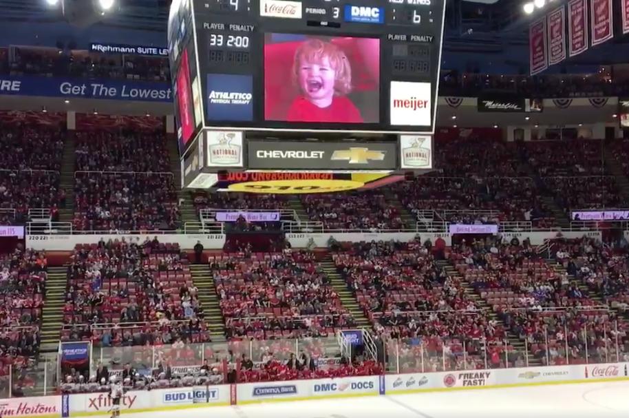Niño de 2 años se roba el show en partido de hockey. Pulzo.com
