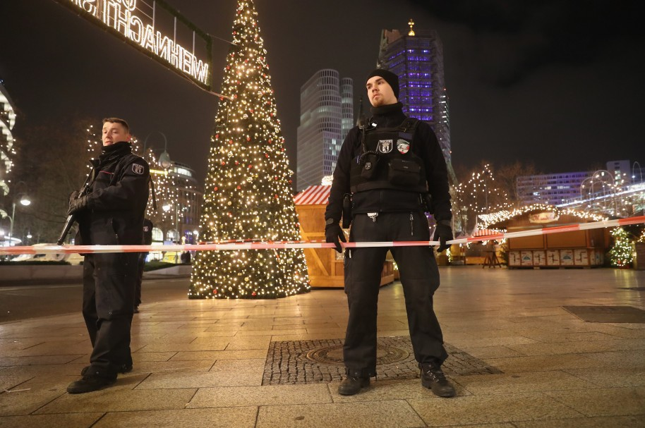 Dos policías en el mercado navideño de Berlín