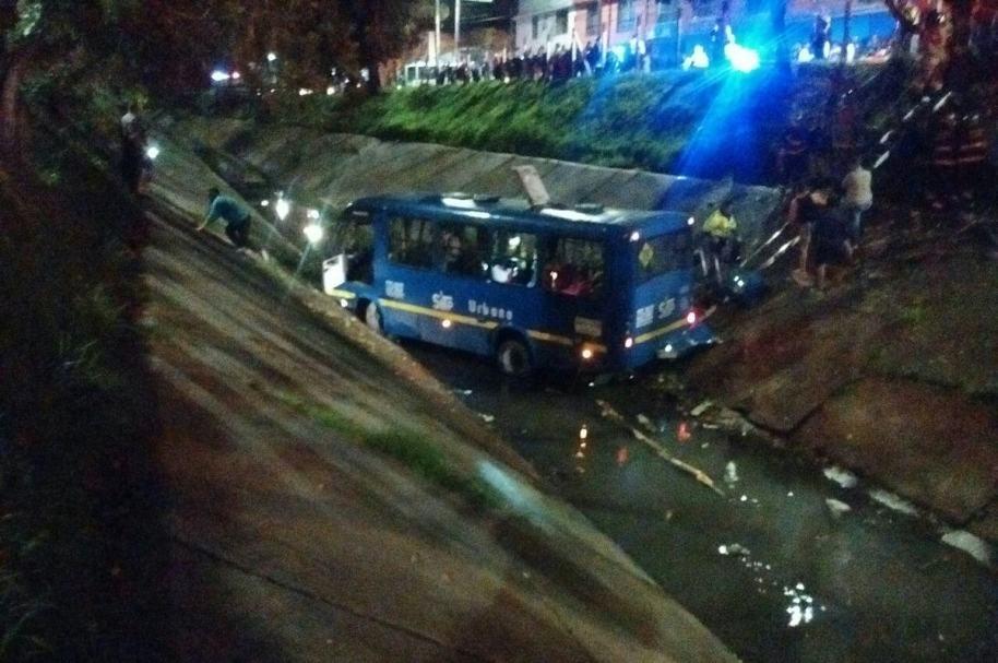 Bus del SITP en canal del Galán