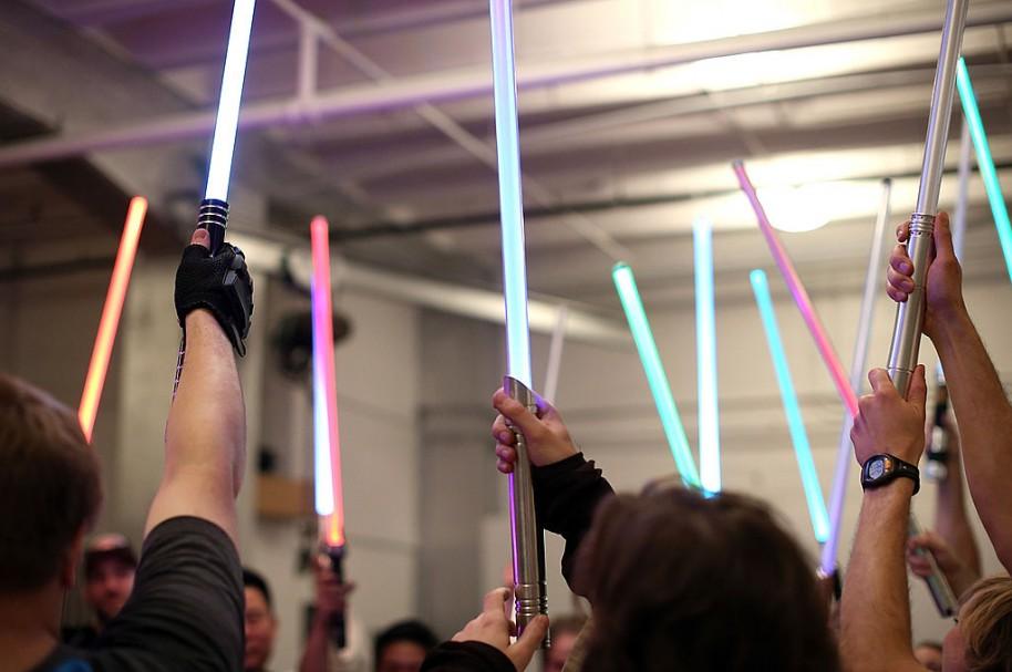 Fanáticos de 'Star Wars' entrenan con sables de luz en clase sobre estas armas. Pulzo.com