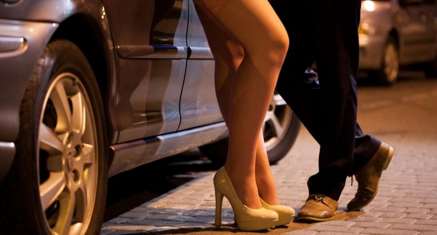 Hombre coqueteando con prostituta. Pulzo.com