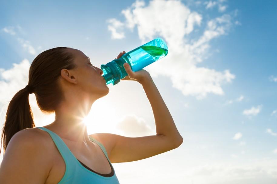 Mujer tomando agua - pulzo.com