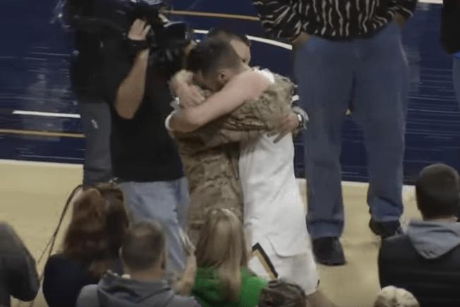 Reencuentro entre basquetbolista y su hermano militar. Pulzo.com