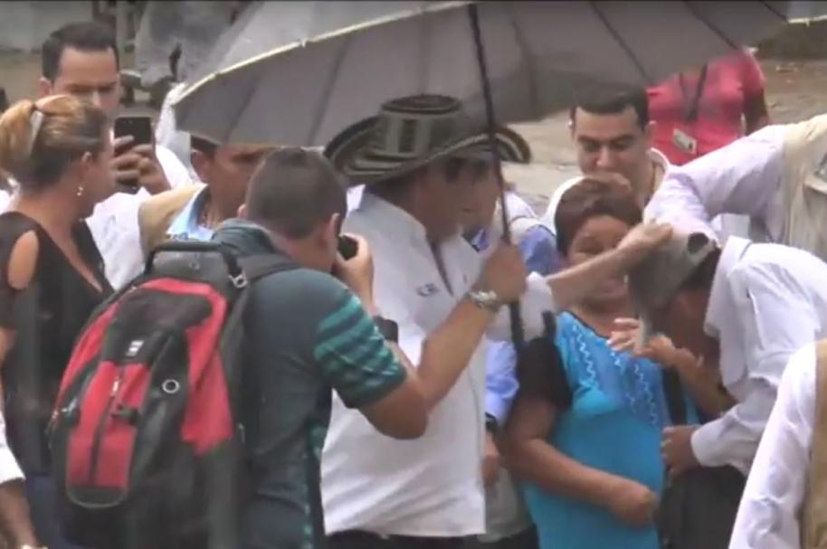 Germán Vargas Lleras da un 'cocotazo' a uno de sus escoltas
