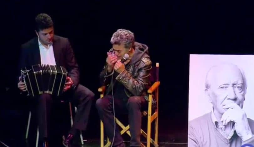 El actor Luis Eduardo Arango rindiendo homenaje al fallecido actor Pepe Sánchez.