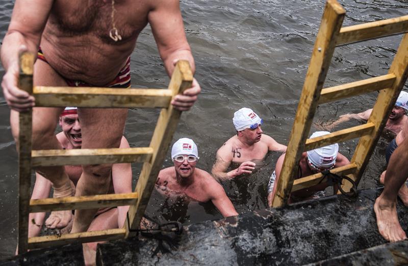 Personas nadaron el río de Praga casi helado.