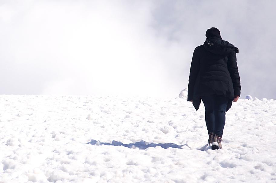 Mujer caminando en la nieve