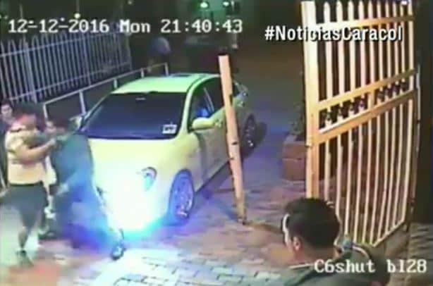 El vigilante es agredido por otro hombre