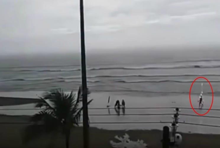 Mujer es impactada por rayo en playa de Brasil. Pulzo.com