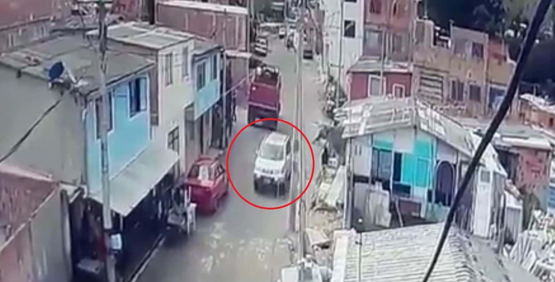 Momento en el que la niña es raptada en la camioneta gris