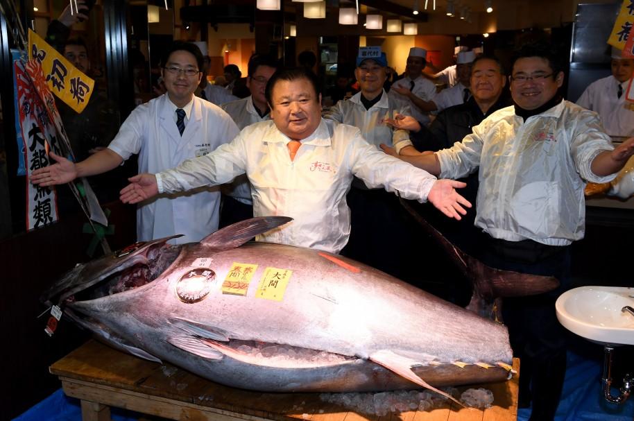 Kiyoshi Kimura (C), presidente de la cadena de restaurantes Sushi-Zanmai