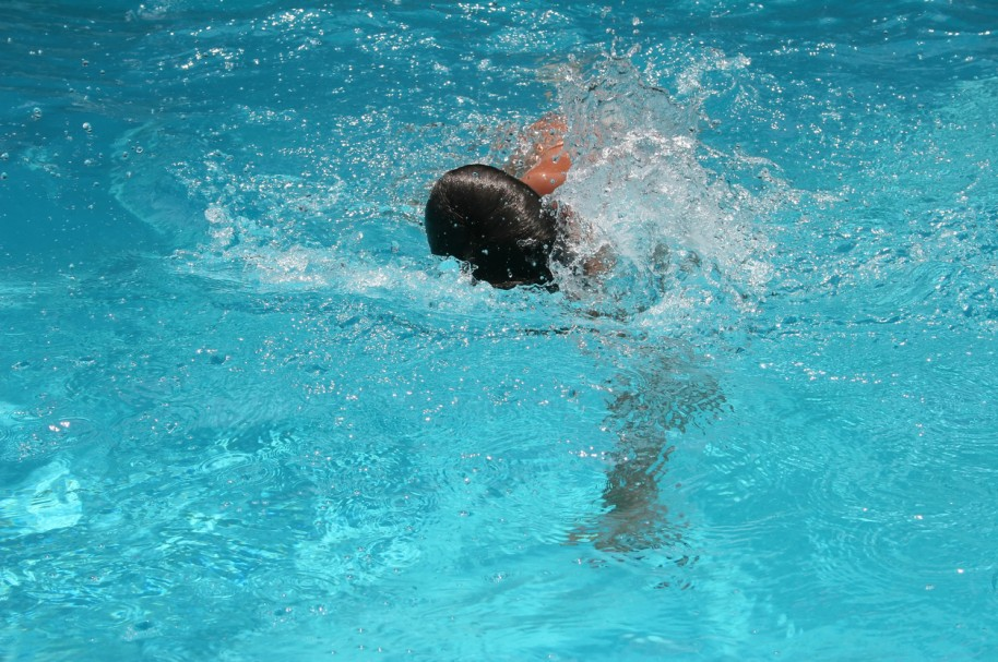 Niño nadando. Pulzo.com