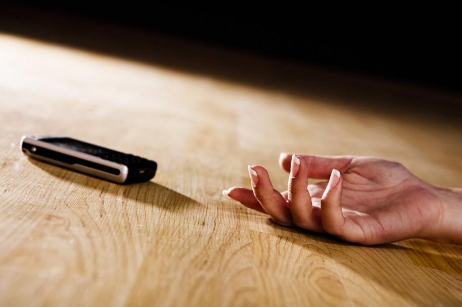 Mujer cae junto con su celular. Pulzo.com