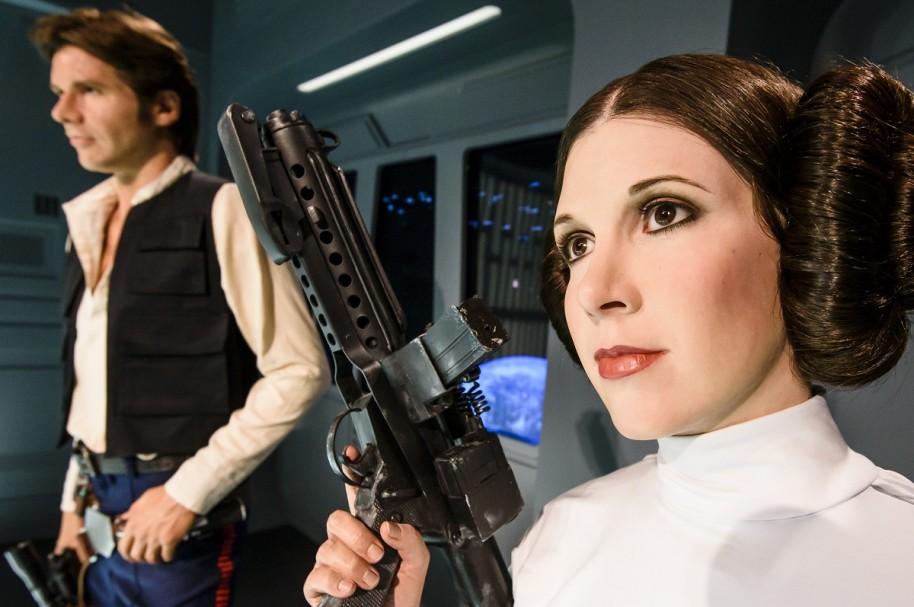 Harrisson Ford y Carrie Fisher, interpretando a Han Solo y la princesa Leia de 'Star Wars'.